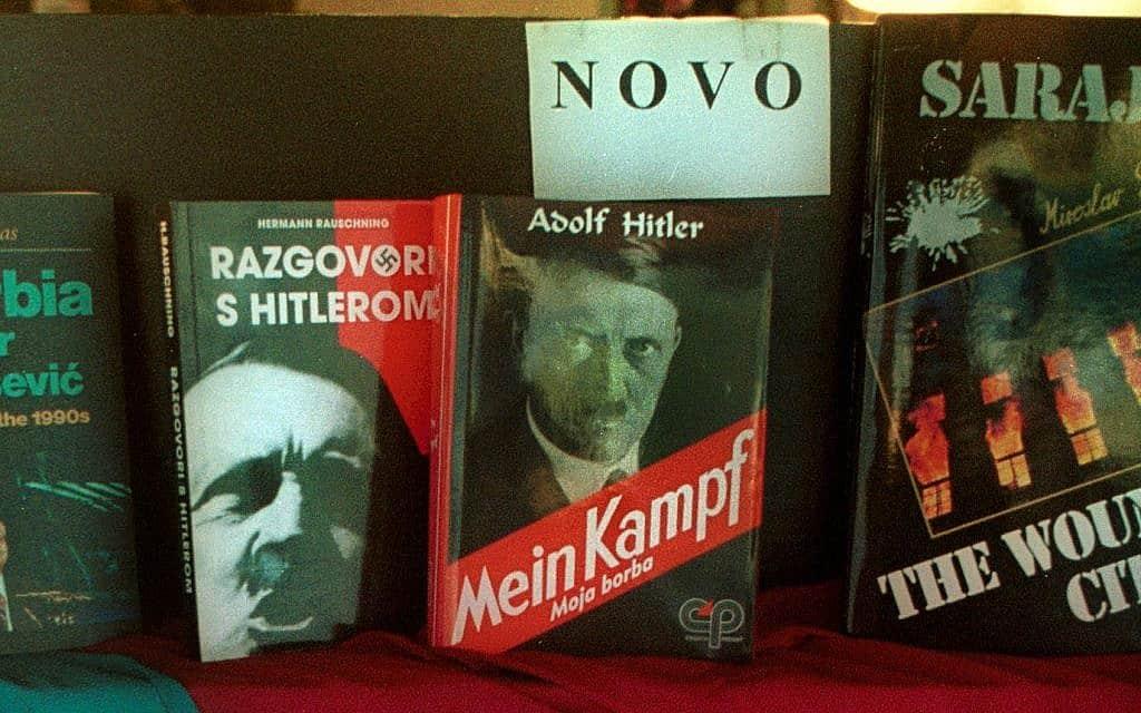 עותק של ספרו של היטלר בסרייבו, 1999 (צילום: AP Photo/HIDAJET DELIC)