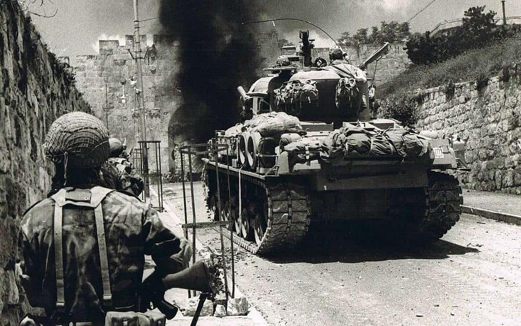 מסתערים קדימה דרך שער האריות ב-7 ביוני 1967 (צילום:  Copyright: Yossi Shemy/ all rights reserved; all reproductions prohibited)