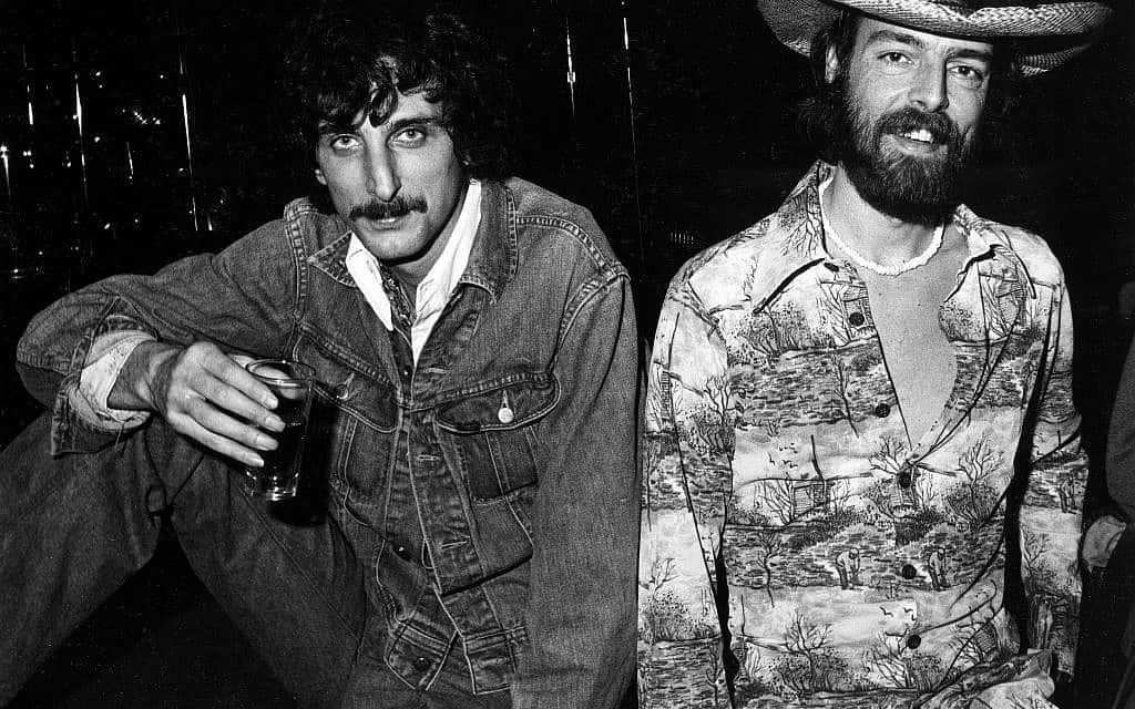 טום שיפלי, משמאל, ומייק ברוור, ב- My Father's Place (צילום: צילום: סטיב רוזנפלד)