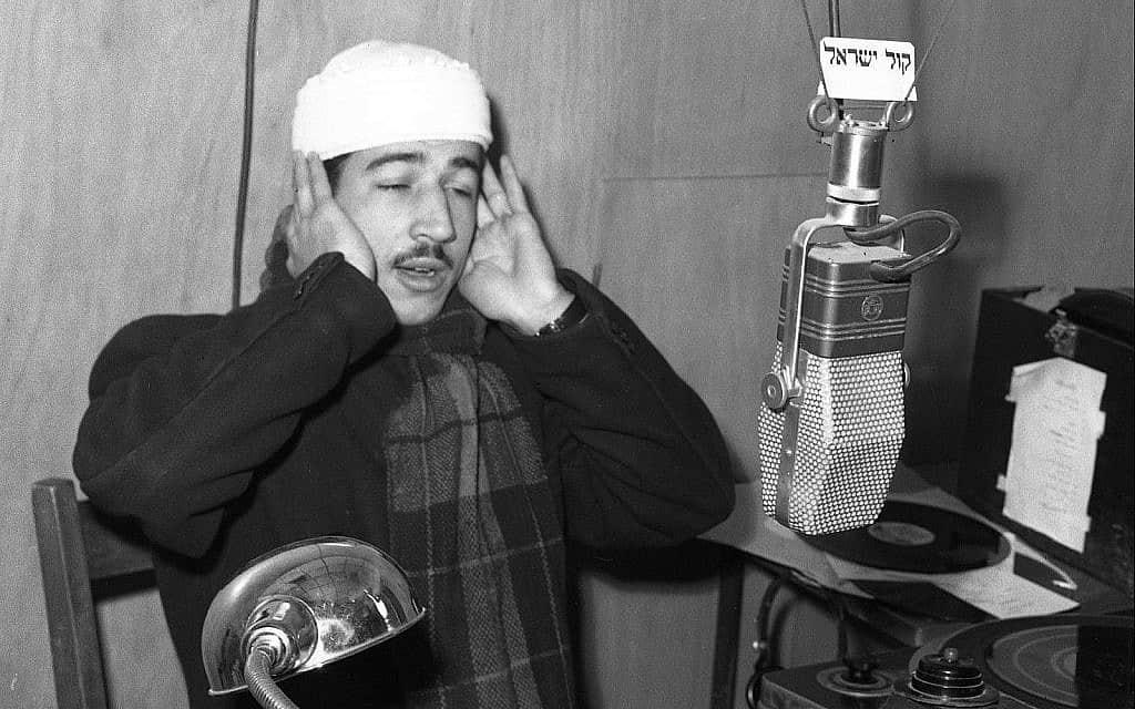 מואזין קורא לתפילה באולפן קול ישראל, תחילת שנות ה-50 (צילום: אפרים אילני)