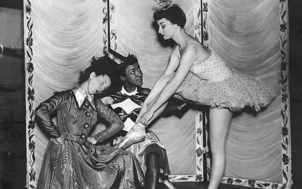 """הרקדניות ג'יליאן מורן ואדל מצטלמות עם אודרי הפבורן לכרזת פרסומת למופע """"רוטב טרטר"""" בתיאטרון קיימברידג', דצמבר 1949 (צילום: Heritage Images/Keystone Archivers/akg-images)"""