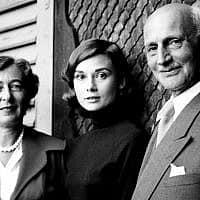 הלחץ ניכר על פניה של אודרי הפבורן, שבילתה יום בשווייץ עם אלפרידה ואוטו פרנק ב-1957 (צילום: אווה שלוס; בית אנה פרנק)