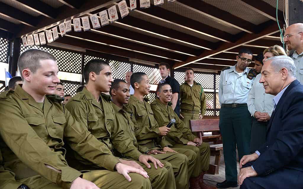 """רה""""מ נתניהו מבקר בבסיס הקליטה והמיון בתל השומר, בעת גיוס לחטיבת הצנחנים (צילום: לע״מ)"""