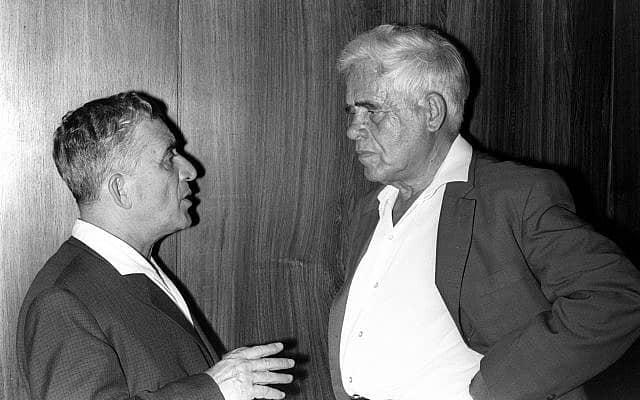 """שר הקליטה נתן פלד משוחח עם יו""""ר מפ""""ם יעקב חזן (צילום: משה מילנר, לע״מ)"""