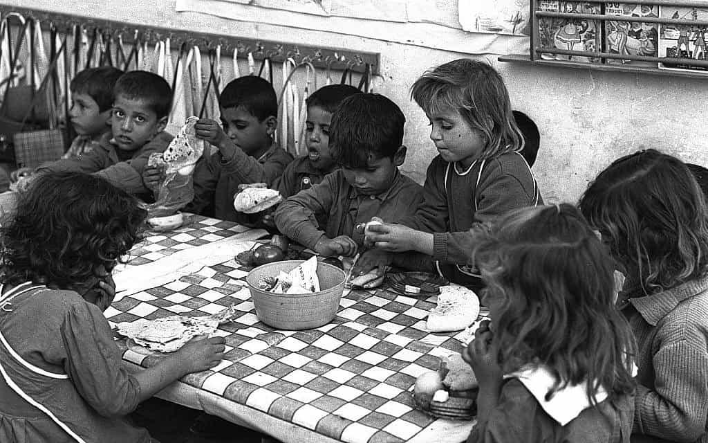 """ילדים בגן בטייבה, 1963 (צילום: משה פרידן לע""""מ)"""