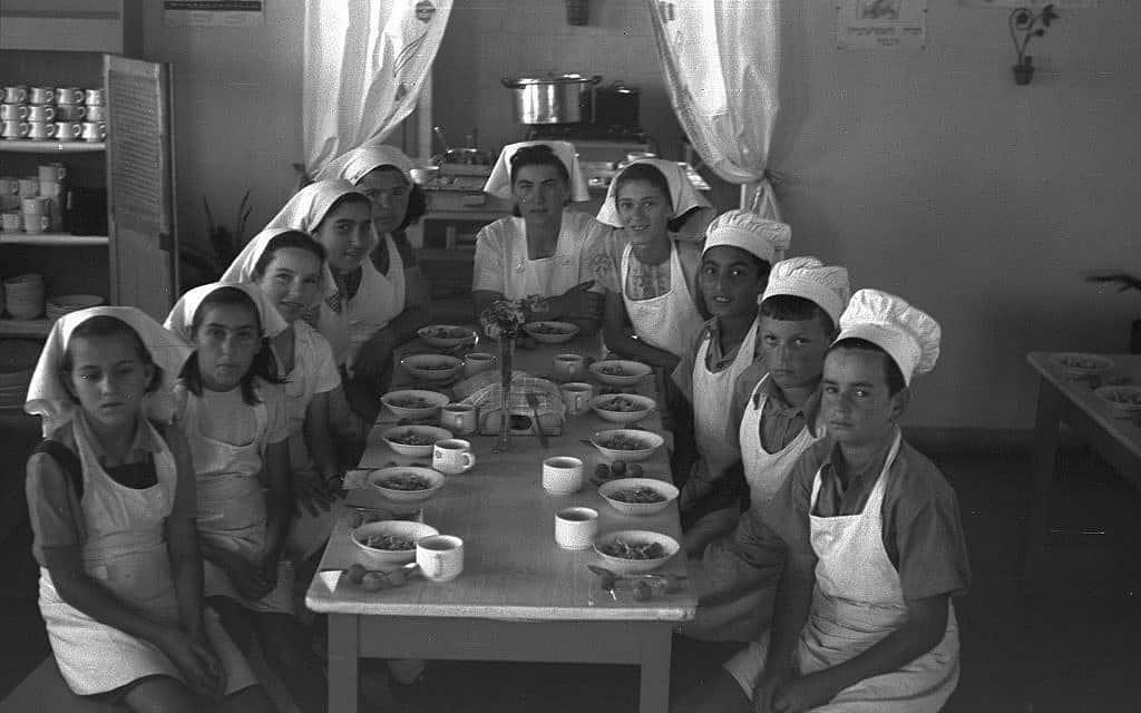 """מטבח מוסדי בבית הספר אוסישקין בכפר סבא, 1953 (צילום: דניאל קפלן לע""""מ)"""