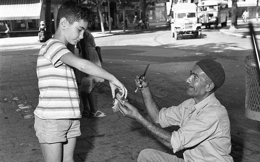 גבר מוכר סברס ברחוב בשנות ה-50 (צילום: אפרים אילני)