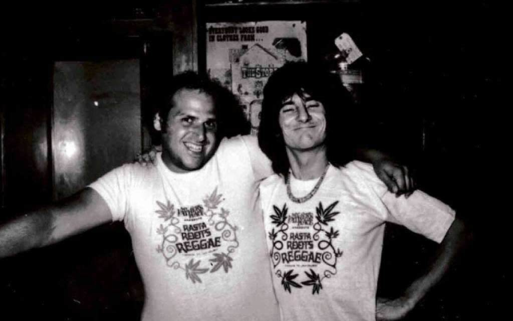 """מייקל """"אפי"""" אפשטיין, משמאל, עם רוני ווד מהרולינג סטונס, ב- My Father's Place (צילום: צילום: סטיב רוזנפלד)"""