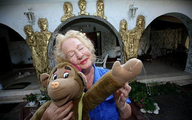 הסופרת תמר-בורשנטיין לזר עם בובה בדמותו של קופיקו, 2008 (צילום: משה שי פלאש 90)