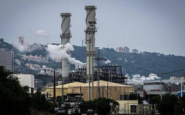מפעל במפרץ חיפה (צילום: Basel Awidat/FLASH90)