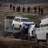 פינוי הרכב הפוגע באום אל חיראן (צילום: Hadas Parush/Flash90)