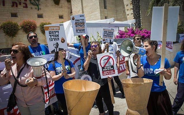 הפגנה נגד הזיהום בחיפה, 2017 (צילום: Yonatan Sindel/Flash90)