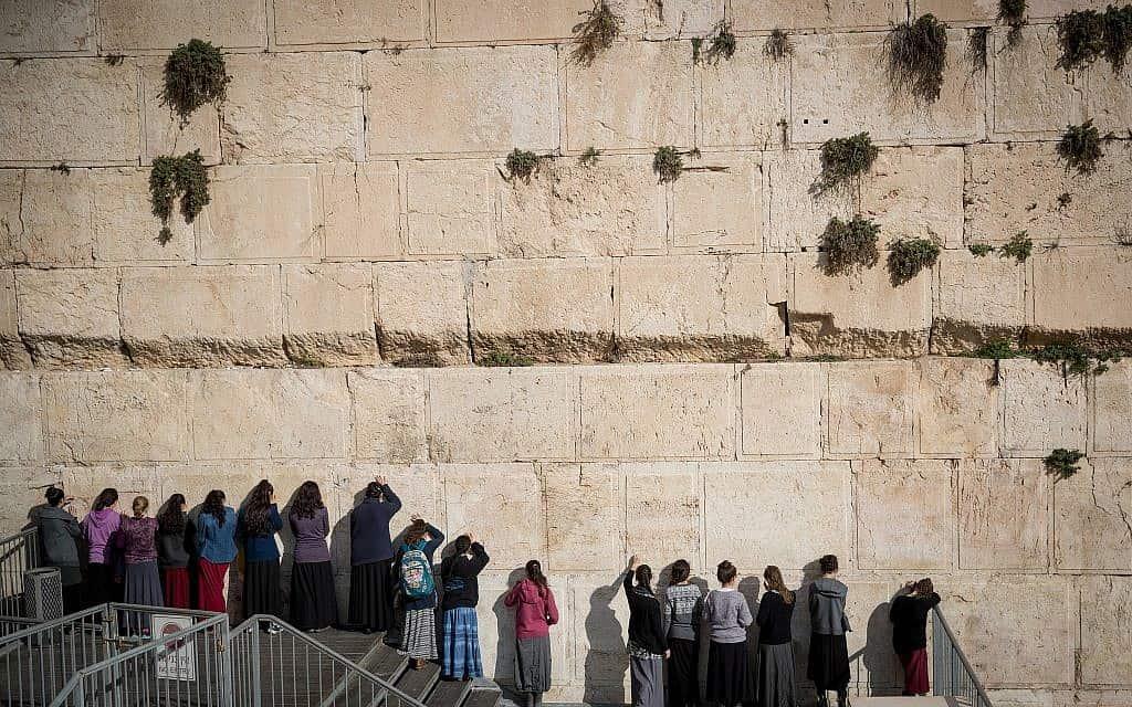נערות מתפללות ברחבת התפילה המעורבת בכותל המערבי (צילום: יונתן סינדל/פלאש90)