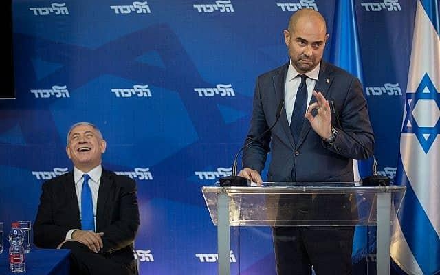 אמיר אוחנה משעשע את בנימין נתניהו (צילום: הדס פרוש/פלאש90)
