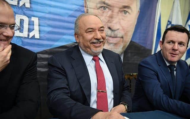 אביגדור ליברמן במסיבת עיתונאים ביום שלאחר פיזור הכנסת ה-21 (צילום: פלאש90)