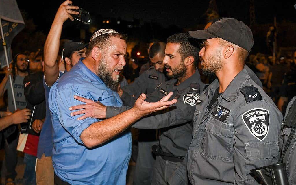 בנצ׳י גופשטיין ופעילים מתווכחים עם שוטרים במהלך מחאה נגד פלסטיני שחשוד בחטיפה ואונס של ילדה בת 7 (צילום: Flash90)