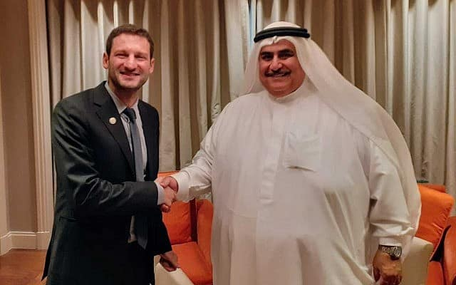כתב הטיימס אוף איזראל רפאל אהרן (משמאל) עם שר החוץ הבחרייני, השייח' ח'אלד בן אחמד אל-חליפה