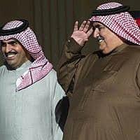 שר החוץ של בחריין מצדיע למזכיר המדינה האמריקאי (צילום: AP)