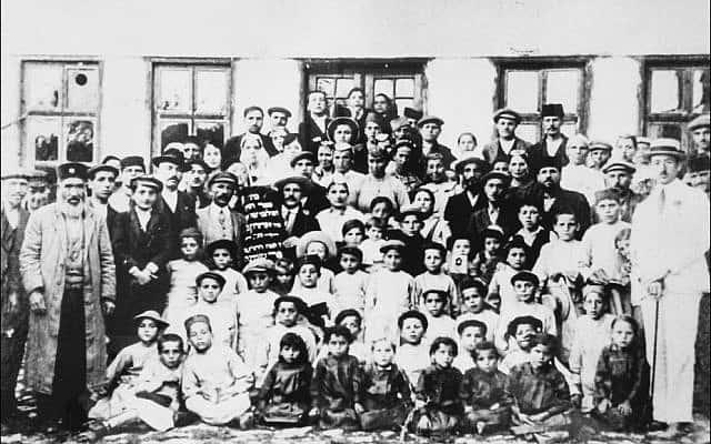 הקהילה היהודית בקוסובו מחוץ לבית הכנסת שחרב, 1929 (צילום: באדיבות ווטם דמירי)