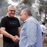 אביגדור ליברמן ואלי אבידר בבר בי קיו משותף (צילום: מתוך פייסבוק)