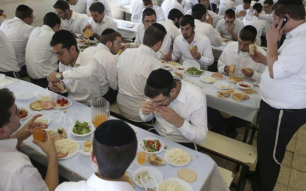 חדר אוכל בישיבת עטרת ישראל, ירושלים, 2013 (צילום: נתי שוחט פלאש 90)