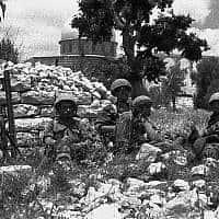 חיילים מגדוד 55 נחים על רקע כיפת הסלע (צילום:  Copyright: Yossi Shemy/ all rights reserved; all reproductions prohibited)