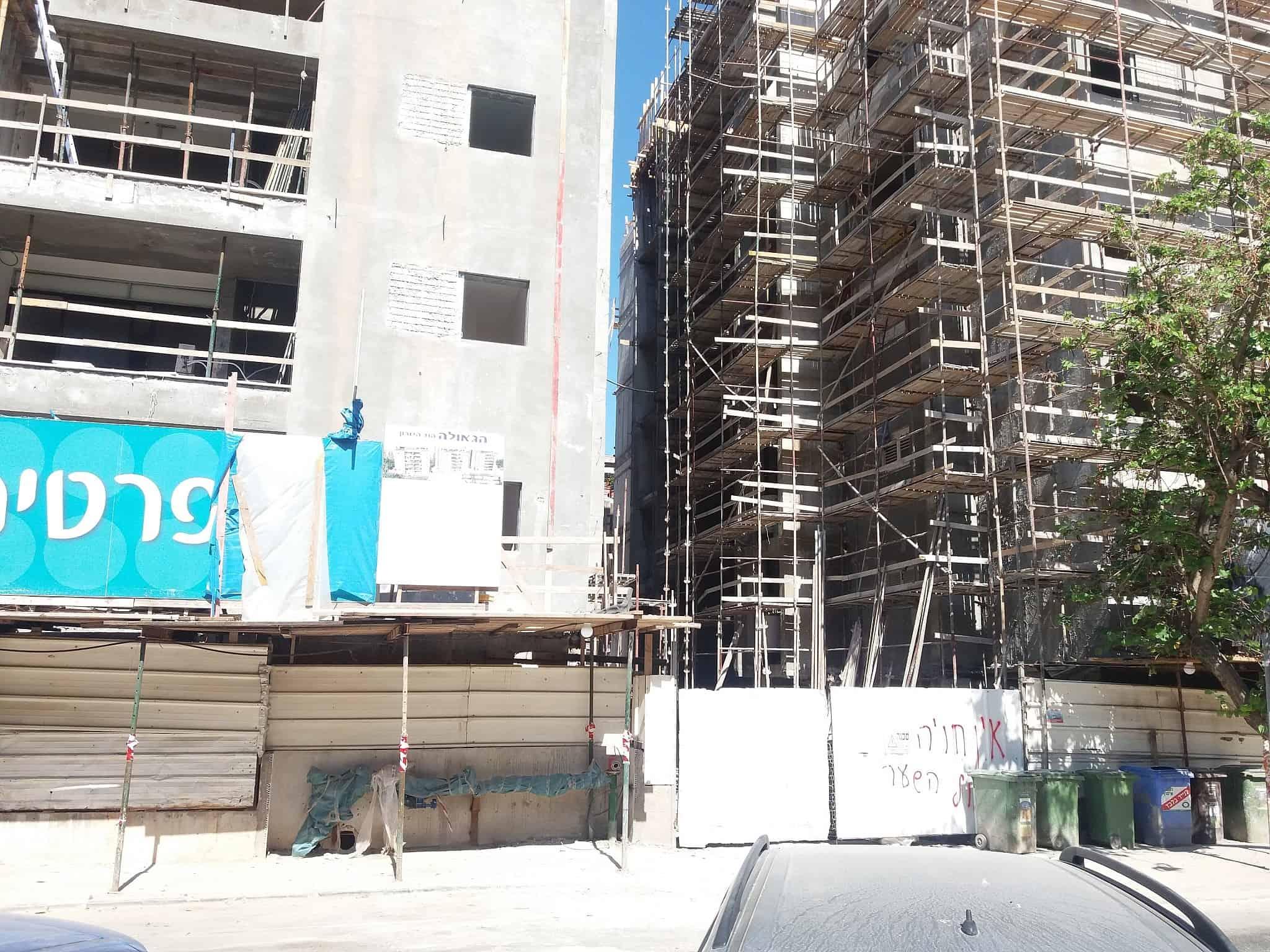 אתר בנייה ברחוב גאולה בהוד השרון (צילום: תני גולדשטיין)