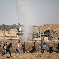 הפגנות פלסטינים ליד הגדר (צילום: פלאש 90)
