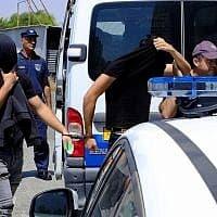 מעצר החשודים באונס בקפריסין. צילום , AP (צילום: , Petros Karadjias AP)