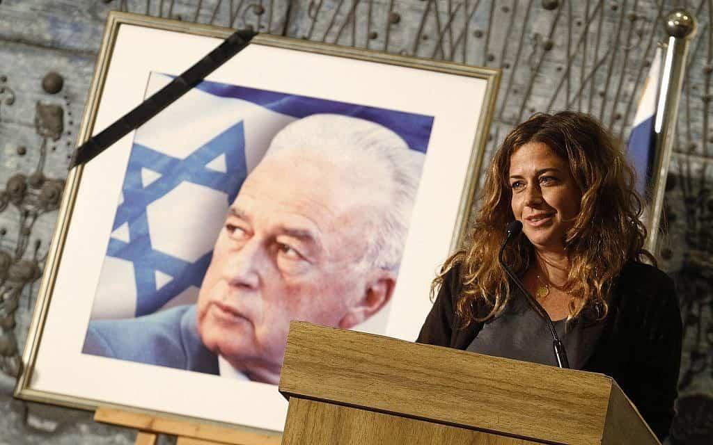 נועה רוטמן ותמונתו של יצחק רבין (צילום: מרים אלסטר, פלאש 90)