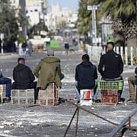 """צעירים ברמאללה. מנכ""""ל אונר""""א הושעה בשל חשד לשחיתות אישית (צילום: AP Photo/Majdi Mohammed)"""