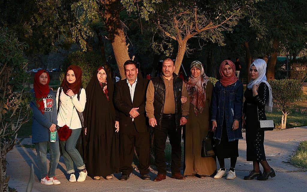 משפחה עיראקית חוגגת פסטיבל מקומי בעל שורשים פרסיים, מרץ 2019 (צילום: AP Photo/Hadi Mizban)