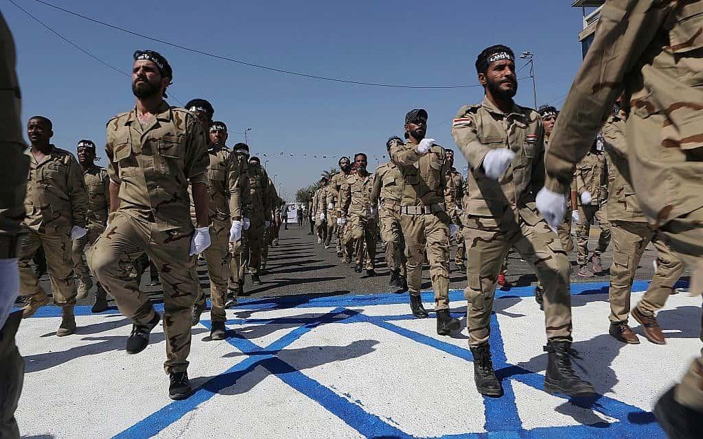 עיראקים דורכים על דגל ישראל, במסגרת הזדהות עם המאבק הפלסטיני, מאי 2019 (צילום: AP Photo/Khalid Mohammed)