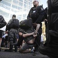 שוטרים מבצעים מעצר במהלך מחאת יוצאי אתיופיה (צילום: AP Photo/Oded Balilty)