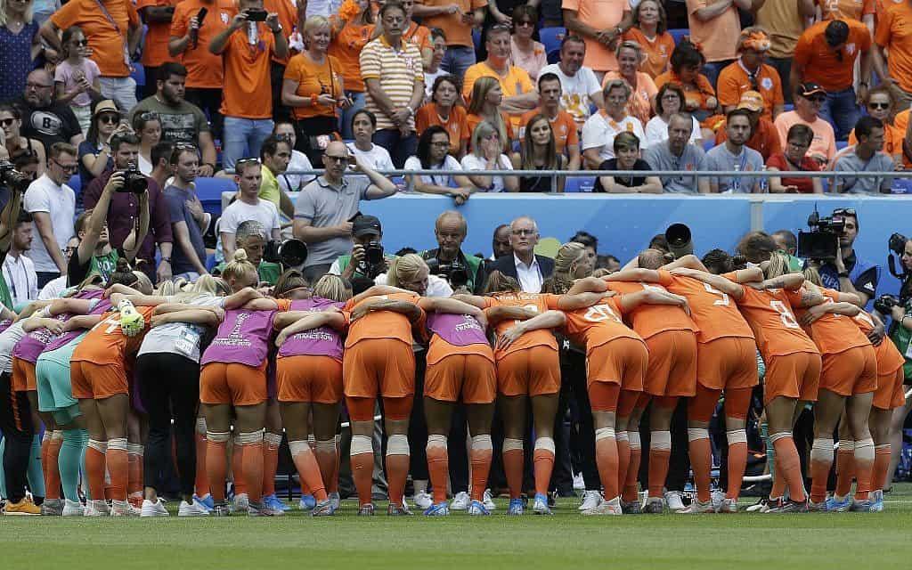 נבחרת הולנד בכדורגל נשים מתכנסת לקראת משחק הגמר מול נבחרת ארה״ב (צילום: AP Photo/Claude Paris)