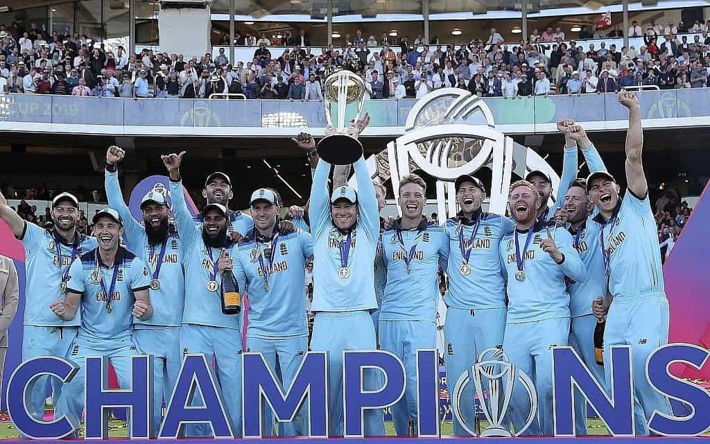 קפטן אנגליה אוין מורגן מרים את הגביע לאחר הניצחון בגמר אליפות העולם בקריקט בין אנגליה לניו זילנד בלונדון, אנגליה, 14 ביולי, 2019. אנגליה ניצחה בגביע לראשונה בנסיבות מדהימות, כשניצחה את ניו זילנד בשובר שוויון כפול (צילום: AP\ אייג'אד ראהי)