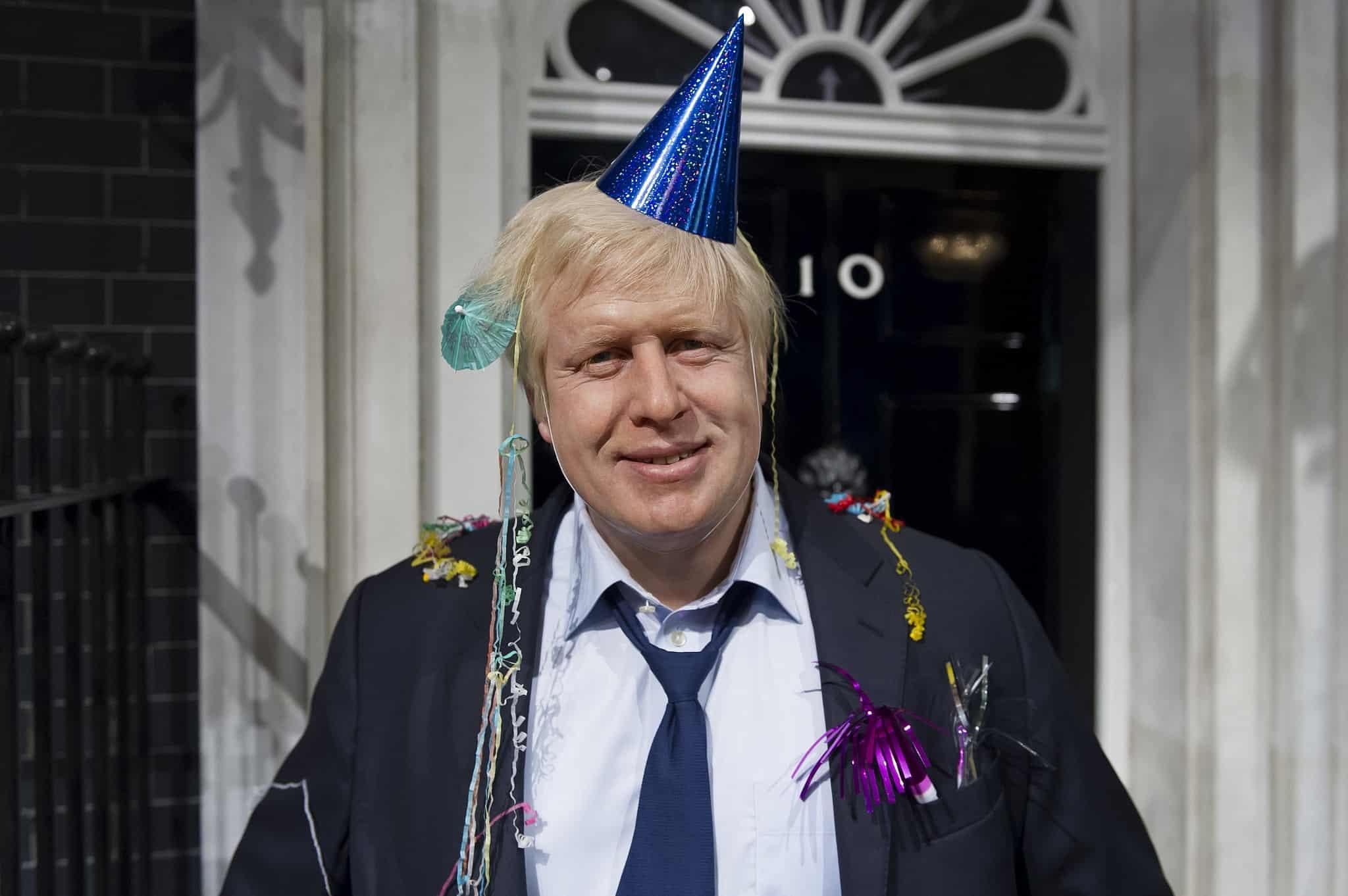 בוריס ג׳ונסון חוגג אחרי שנבחר שנית לראשות עיריית לונדון ב-4 במאי 2012 (צילום: AP Photo/Jonathan Short)