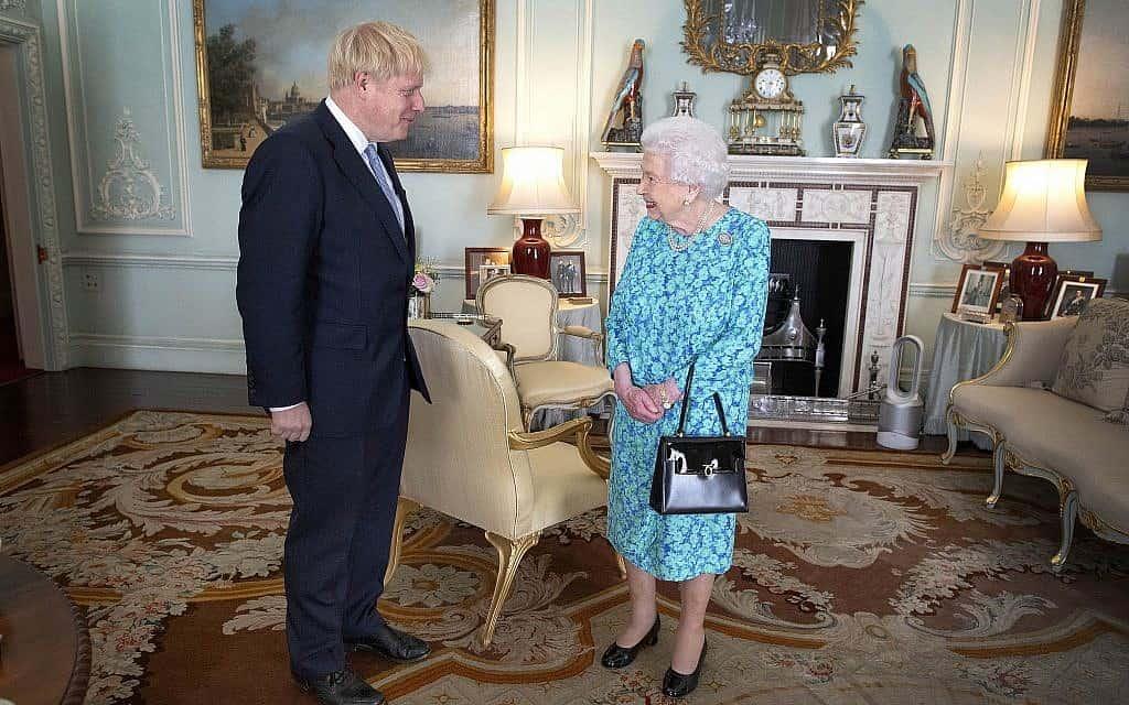 מלכת אנגליה ובוריס ג׳ונסון (צילום: Victoria Jones/Pool via AP)