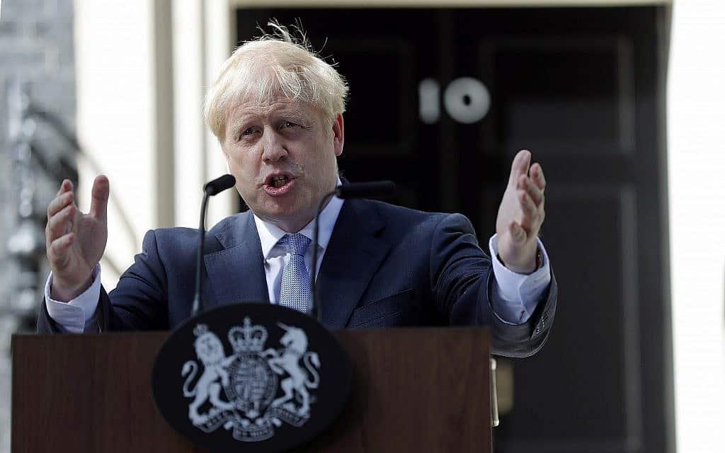 בוריס ג׳ונסון ביום שנכנס לדאונינג 10 כראש ממשלת בריטניה (צילום: AP Photo/Frank Augstein)