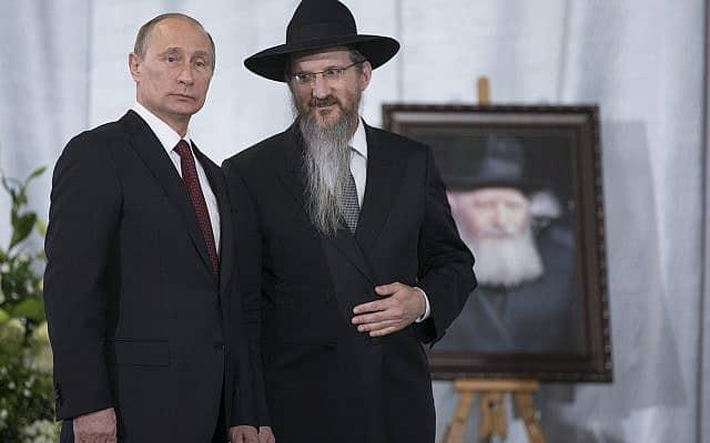 נשיא רוסיה ולדימיר פוטין, מלווה ברב הראשי של רוסיה ברל לזר, בביקור בספריית משפחת שניאורסון במוסקבה, ב-13 ביוני 2013 (צילום: AP Photo/Alexander Zemlianichenko)