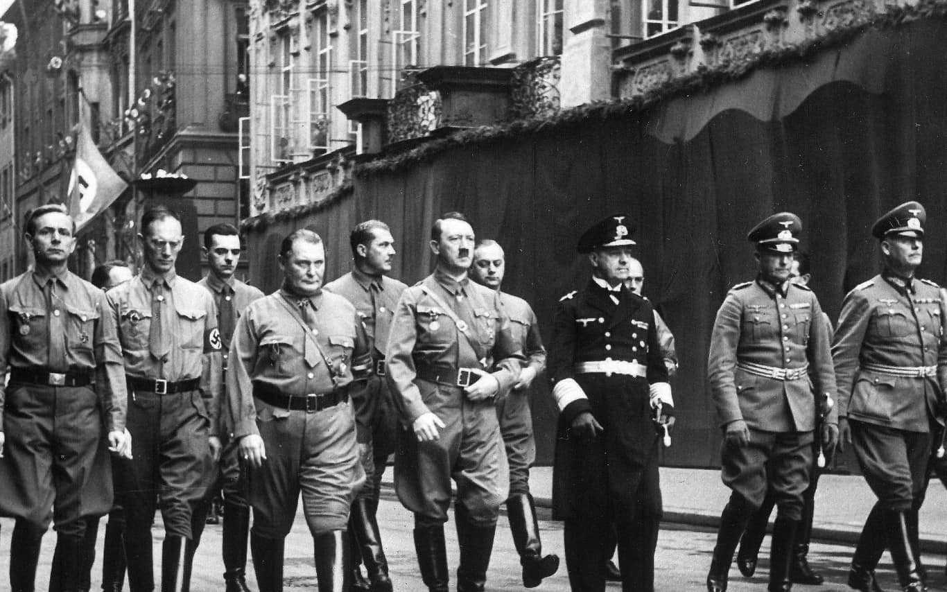 אדולף היטלר, במרכז, 1938 (צילום: AP)