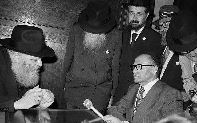 ראש הממשלה מנחם בגין נפגש בברוקלין עם הרבי מלובביץ׳, מנחם מנדל שניאורסון, ב-17 ביולי 1977. בגין היה בדרכו לוושינגטון, לפגוש את נשיא ארה״ב ג׳ימי קרטר, כדי לדון עמו בהסכמי השלום עם מצרים. (צילום: AP Photo/Ray Howard)