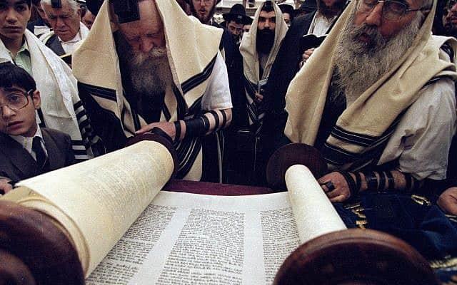 הרבי מלובביץ׳, משמאל, בעת תפילת בוקר ב-1992 (צילום: AP Photo/Mike Albans)