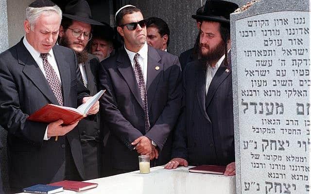 ראש הממשלה בנימין נתניהו עולה לקברו של הרבי מלובביץ׳ בבית הקברות מונטיפיורי בניו יורק, ב-10 בספטמבר 1996 (צילום: AP Photo/Kathy Willens)