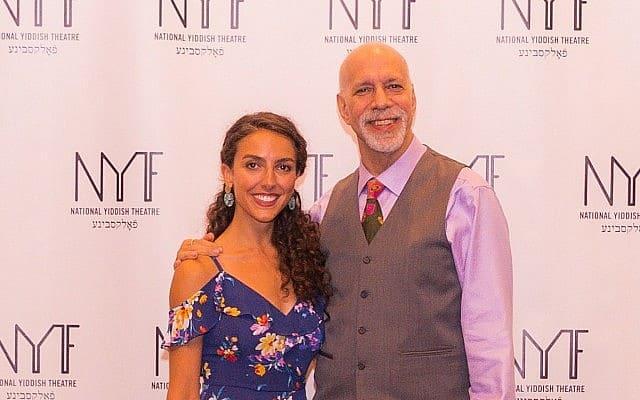 לקסי רבאדי עם דיוויד שכטר, מחבר ובמאי המחזה (צילום: ויקטור נחאי/ Properpix.com)