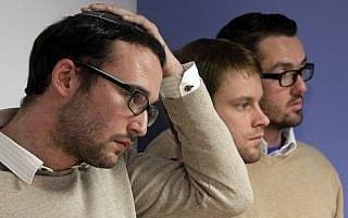 חיים לוין, משמאל, ומייקל פרגוסון, מימין, עם השותף של הם סת' אנדרסון, מקשיבים למסיבת עיתונאים בניו יורק ב-27 בנובמבר, 2012, המתארת את הטענות שלהם נגד ארגון JONAH הטוען כי הוא יכול 'לרפא' גברים הומוסקסואלים מהומוסקסואליות שלהם (צילום: ריצ'רד דרו\AP)