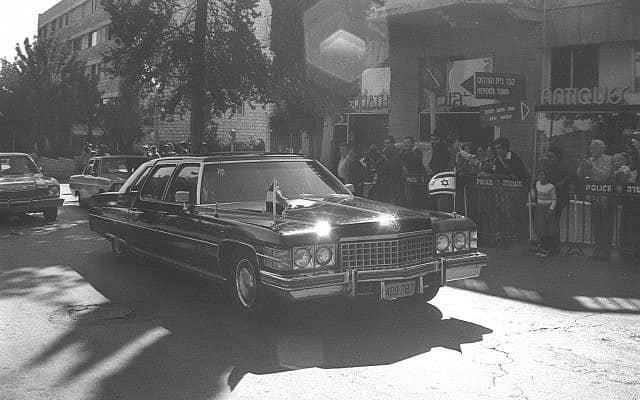 """מאחורי החלונות השחורים: סאדאת ובגין עושים את ישראל (צילום: משה מילנר, לע""""מ)"""