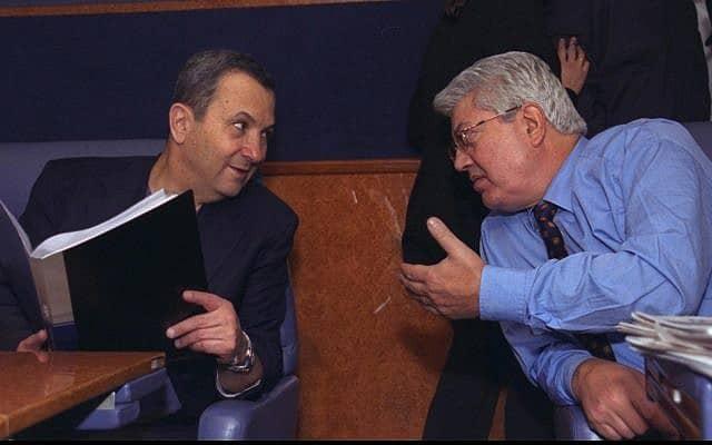 דוד לוי ואהוד ברק ב-1999 בדרכם לוושינגטון (צילום: יעקב סער/לע״מ)