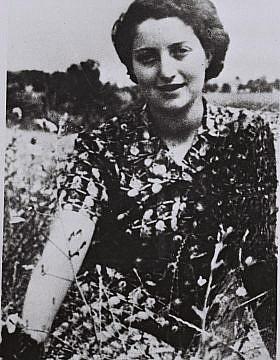 """חנה סנש בקיבוץ שדות ים, 1939 (צילום: לע""""מ)"""