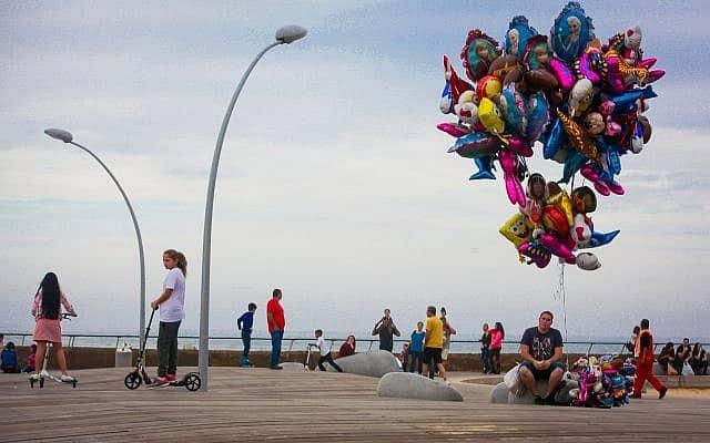 בלוני הליום בנמל תל אביב (צילום: Esther Rubyan/Flash90)